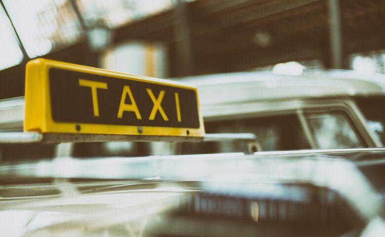 【自動ドアの仕組み】タクシー自動ドアの歴史・きっかけや仕組みを解説