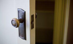 今より玄関ドアを便利に!後付けで設置できるドア製品