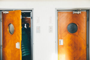 日本の元祖自動ドアは開き戸